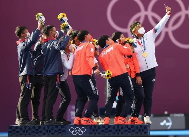 도쿄올림픽 남자 양궁 단체전에서 우승한 한국 대표팀이 은메달, 동메달 수상자들과 기념 촬영을 하고 있다. /사진=연합뉴스
