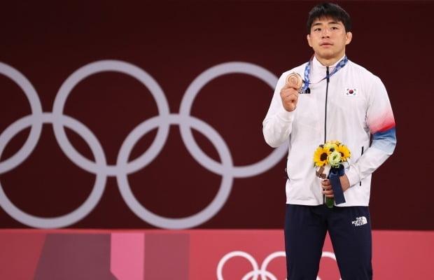 도쿄올림픽 유도 남자 73kg급 경기에서 동메달을 획득한 안창림이 메달을 들어보이고 있다. 사진=연합뉴스