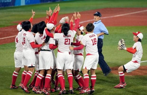금메달을 딴 소프트볼 일본 대표팀이 환호하고 있다. 사진=EPA