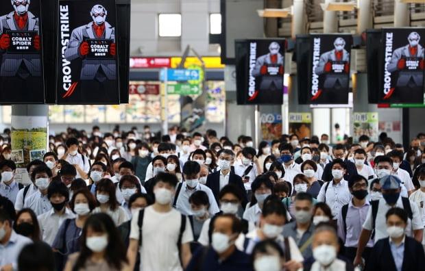 일본 수도 도쿄의 시나가와역에서 28일 신종 코로나바이러스 감염증(코로나19) 예방 마스크를 쓴 시민들이 역 구내를 걸어가고 있다.(사진=로이터=연합뉴스)