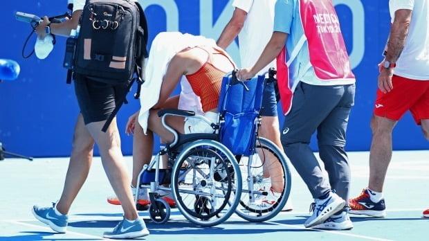 올림픽 테니스 여자 단식 8강전에서 스페인의 파울라 바도사가 무더위에 지쳐 기권한 뒤 휠체어를 타고 경기장을 나서고 있다. /사진=REUTERS