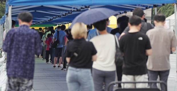 국내 신종 코로나바이러스감염증(코로나19) 확진자 수가 23일 연속 네자릿수를 기록한 29일 오전 서울 강남구 코엑스 앞에 마련된 코로나19 임시선별검사소를 찾은 시민들이 검사를 위해 대기하고 있다. 사진=연합뉴스