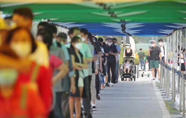 29일 오전 서울 강남구 코엑스 앞에 마련된 코로나19 임시선별검사소를 찾은 시민들이 검사를 위해 대기하고 있다. 사진=연합뉴스