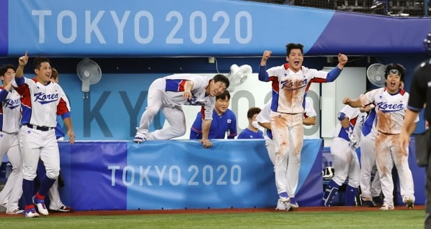 29일 일본 도쿄 요코하마 스타디움에서 열린 도쿄올림픽 야구 B조 조별리그 1차전 한국과 이스라엘의 경기. 연장 10회말 승부치기 2사 만루 상황 양의지가 몸에 맞는 공으로 득점하며 승리를 거두자 한국 선수들이 환호하고 있다. 사진=연합뉴스