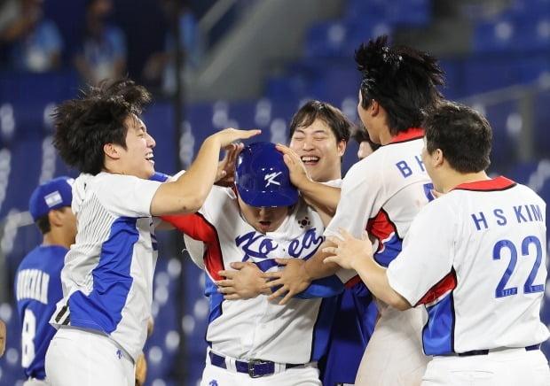 29일 일본 요코하마 스타디움에서 열린 도쿄올림픽 야구 B조 조별리그 1차전 한국과 이스라엘의 경기. 연장 10회말 승부치기 2사 만루 상황 양의지가 몸에 맞는 공으로 득점하며 승리를 거두자 한국 선수들이 환호하고 있다. 사진=연합뉴스