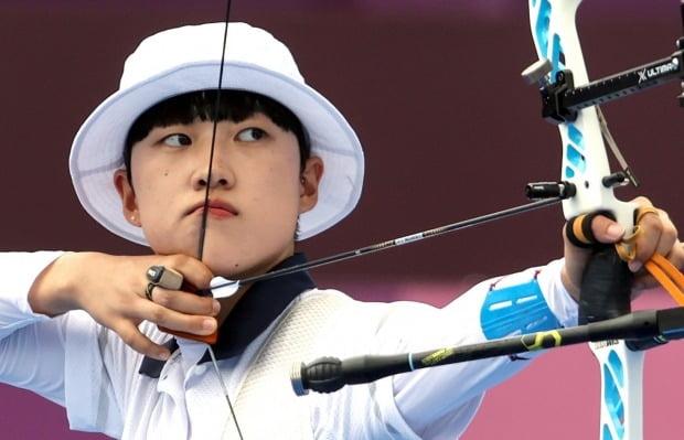 안산이 30일 도쿄올림픽 여자 양궁 개인전 16강에서 활시위를 당기고 있다. 사진=연합뉴스