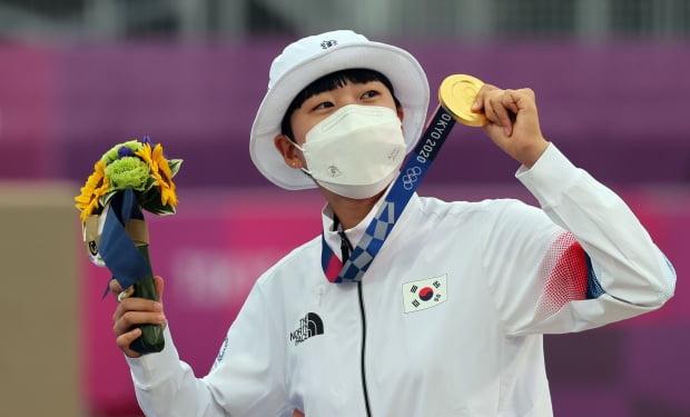 도쿄올림픽 양궁 여자 개인전에서 우승한 안산이 금메달을 들어 보이고 있다. 안산은 혼성·여자 단체와 개인전에서 우승해 첫 올림픽 양궁 3관왕이 됐다. 사진=연합뉴스