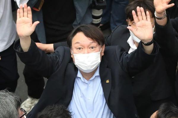윤석열 전 총장이 지난 20일 대구 서문시장을 찾아 시민들에게 손을 흔들고 있다. / 사진=뉴스1