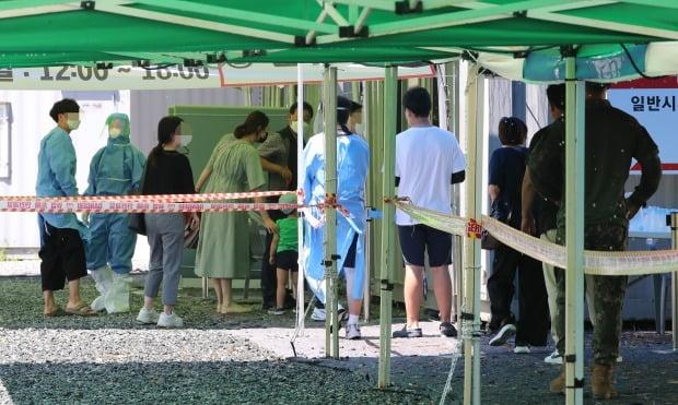 23일 오전 대전 유성구 엑스포과학공원 임시선별진료소에서 시민들이 검사를 받기 위해 줄 서 있다. /사진=뉴스1