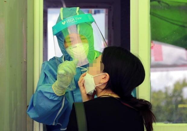 23일 오전 대전 유성구 엑스포과학공원 임시선별진료소에서 한 시민이 검사를 받고 있다. /사진=뉴스1