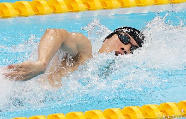 황선우 선수가 26일 도쿄 아쿠아틱스 센터에서 열린 남자 200m 자유형 준결승전에서 힘차게 헤엄을 치고 있다. 사진=뉴스1