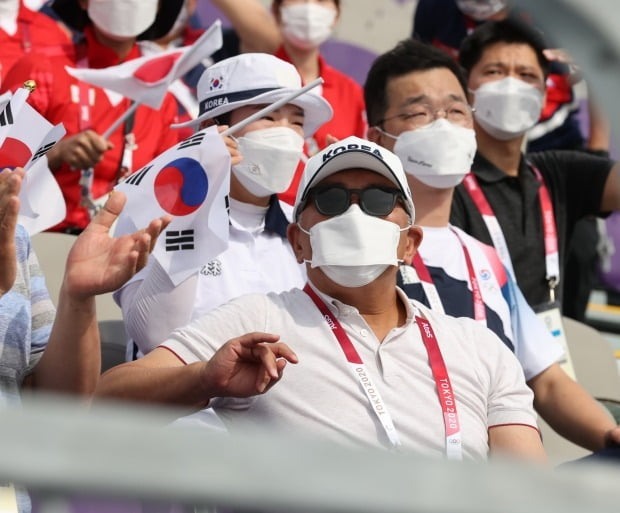 Chung Eui-sun, chairman of Hyundai Motor Group, watches the men's archery team event at the Tokyo Olympics held at Yumenoshima Park in Japan the day before.  photo = news 1
