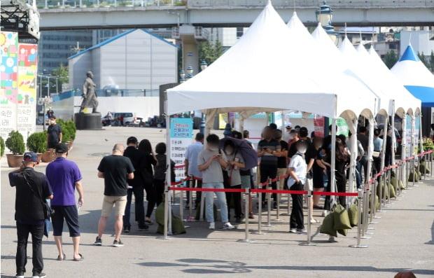 서울 중구 서울역광장에 마련된 신종 코로나바이러스 감염증(코로나19) 임시선별진료소에서 시민이 검사를 기다리고 있다.(사진=뉴스1)