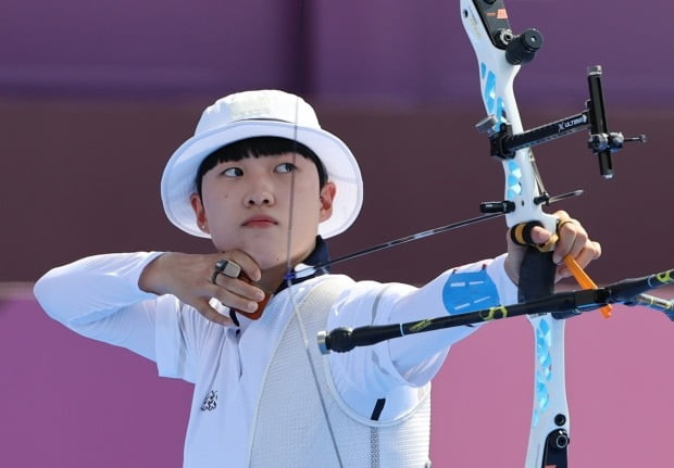 Ansan, of the South Korean archery team, shoots an arrow during the quarterfinals of the Tokyo 2020 Olympic mixed team event held at the Yumenoshima Park Archery Field in Tokyo, Japan on the 24th.  photo = news 1