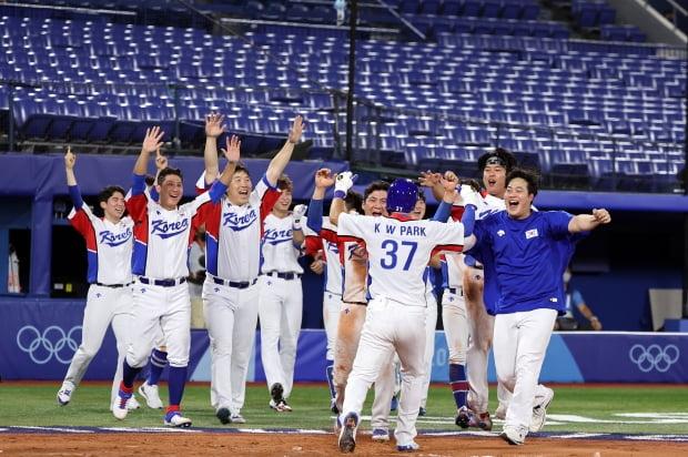 야구 대표팀 선수들이 29일 오후 일본 요코하마 스타디움에서 열린 '2020 도쿄올림픽' 대한민국과 이스라엘의 야구경기에서 승리를 거둔 후 기뻐하고 있다. /사진=뉴스1
