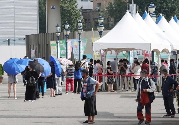31일 오전 서울 중구 서울역 광장에 마련된 코로나19 임시선별검사소를 찾은 시민들이 길게 줄지어 대기하고 있다. 사진=뉴스1