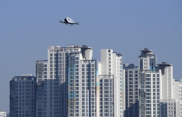 서울 마포대교 남단에서 서울시와 국토교통부가 주최한 '도심항공교통 서울 실증' 행사에서 미래 교통수단인 '유인용 드론 택시'가 상공을 날고 있다. 사람이 탈 수 있는 드론택시가 실제 하늘을 비행한 것은 국내 최초다. /한경DB