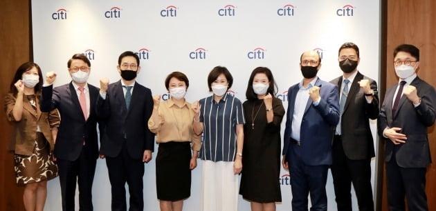 유명순 한국씨티은행장(가운데)이 올 6월 서울 종로구 본점에서 ESG 협의회 위원들과 킥오프 회의를 열고 함께 화이팅을 외치고 있다. 씨티은행 제공