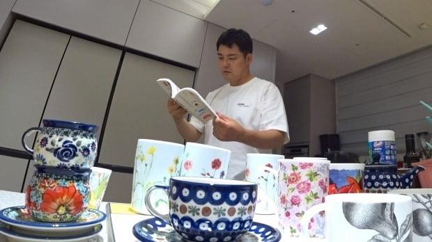 전현무가 새로 입주한 집에서 인테리어 관련 서적을 살펴보고 있다. /사진=MBC '나 혼자 산다'