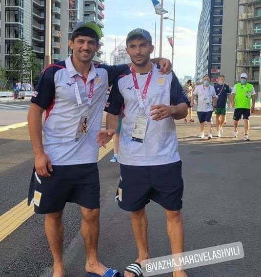 2020 도쿄올림픽 유도 종목에서 은메달을 딴 조지아의 라샤 샤브다투시빌리(왼쪽)과 바자 마르그벨라슈빌리가 도쿄 관광에 나섰다가 선수촌에서 쫓겨났다. 샤브다투시빌리 인스타그램.