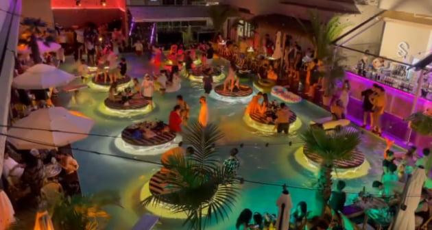 지난달 강원도 양양에서 수십 명이 '노마스크'로 풀 파티를 즐겨 공분을 샀다. /사진=온라인 커뮤니티
