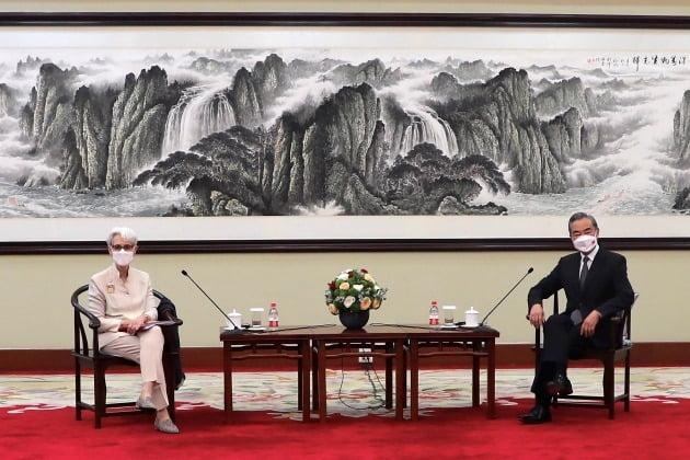 웬디 셔먼 미국 국무부 부장관이 지난달 26일 중국 톈진에서 왕이 중국 외교부장 겸 외교담당 국무위원과 면담하고 있다./ AP연합뉴스
