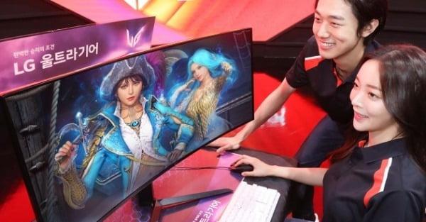 LG전자 모델들이 2일 출시된 게이밍 모니터 신제품 '34GP950G'로 게임을 즐기고 있다. LG전자 제공