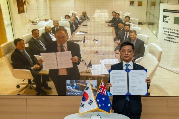 김학동 포스코 철강부문장과 핸콕 베리 피츠제랄드 로이힐 철광석 사업 총괄 겸 이사가 탄소중립 협력을 위한 업무협약을 체결했다. 포스코 제공