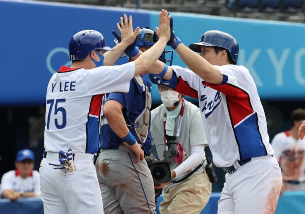 2일 오후 도쿄 가나가와현 요코하마스타디움에서 열린 야구 녹아웃 스테이지 2라운드 이스라엘전 5회말 투아웃 2루 상황에 김현수가 투런 홈런을 치고 홈에서 양의지와 하이파이브를 하고 있다. 사진=뉴스1