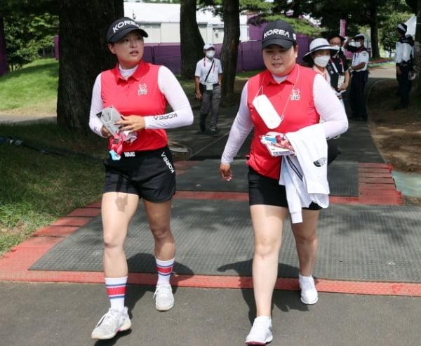 박인비(오른쪽)와 고진영이 2일 일본 가스미가세키CC에서 기자회견 후 연습을 위해 이동하고 있다. 연합뉴스