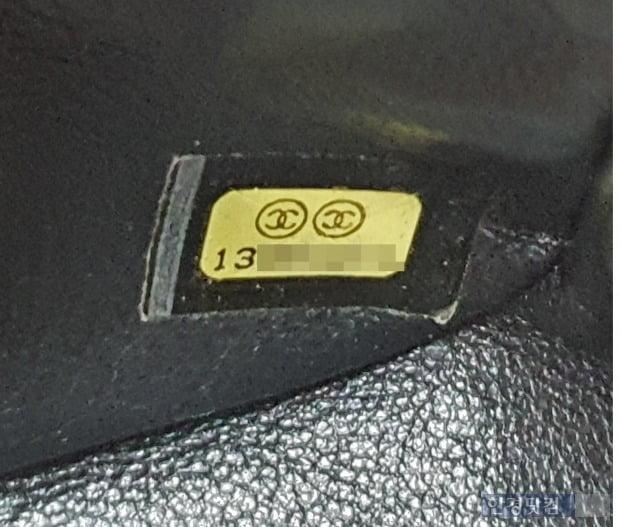 샤넬 가죽 제품은 내부에 시리얼코드가 스티커로 붙어있다. [사진=이미경 기자]