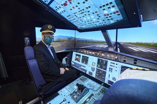 모의 비행을 통해 제주국제공항을 체험하는 모습