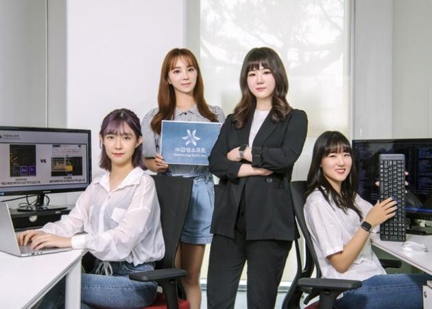 왼쪽부터 전희선 개발자, 정현정 CMO, 전자연 대표, 김시원 개발자