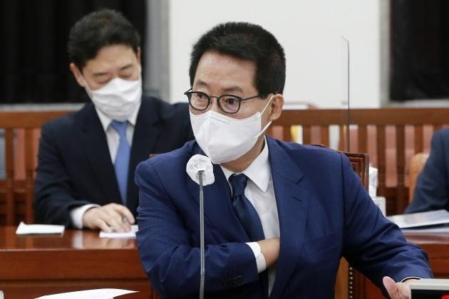 박지원 국가정보원장이 3일 오전 국회에서 열린 정보위원회 전체회의에 출석해 북한 관련 현안보고를 준비하고 있다./ 뉴스1