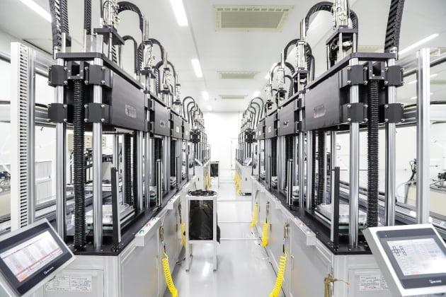 충남 천안 아이엘사이언스 스마트공장에 설치된 실리콘 렌즈 생산 설비. 사진=한경DB