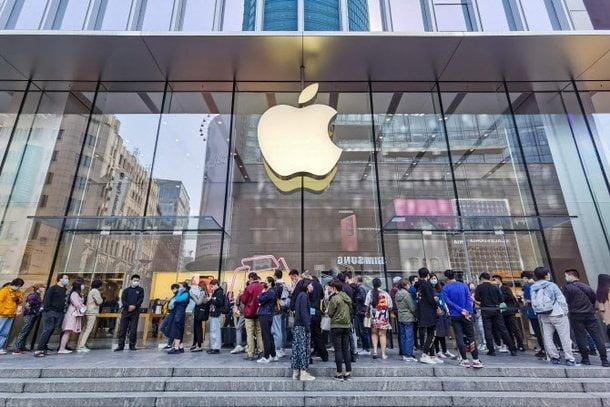 지난해 10월 아이폰12 출시를 앞두고 중국 상하이 애플스토어 앞에 중국 소비자들이 줄을 서 있는 모습. AFP.