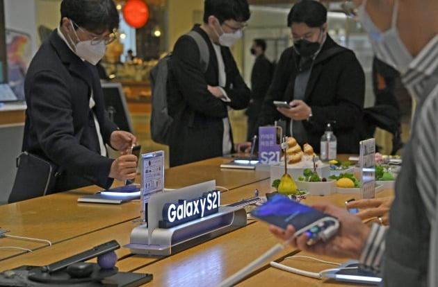서울 서초구 삼성딜라이트샵을 찾은 소비자들이 갤럭시 S21 시리즈를 살펴보는 모습 / 사진=김영우 기자