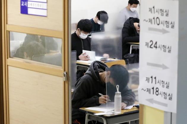 2021학년도 대학수학능력시험이 치러진 지난 12월 3일 오전 서울 종로구 경복고등학교 고사장에서 수험생들이 시험을 앞두고 자습하고 있다.  사진공동취재단.