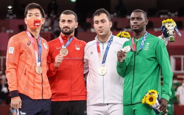 도쿄올림픽 남자 가라테 75kg 이상급 시상식이 끝난 뒤 메달리스트들이 한자리에 모여 기념사진을 찍고 있다. 사우디의 타레그 하메디(맨 오른쪽)와 이란의 사자드 간자데(오른쪽에서 둘째). /사우디 올림픽위원회 트위터 캡쳐