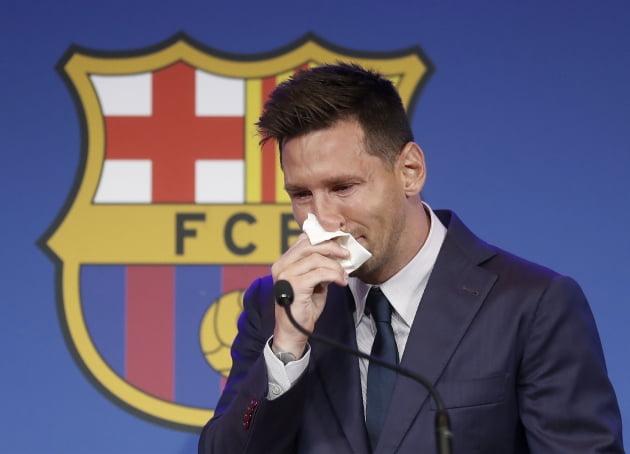 스페인 프로축구 FC바르셀로나와 21년의 동행을 마치고 팀을 떠나게 된 리오넬 메시(34·아르헨티나)가 8일(현지시간) 스페인 바르셀로나의 캄노우에서 열린 고별 기자회견 도중 눈물을 흘리고 있다. EPA 연합뉴스