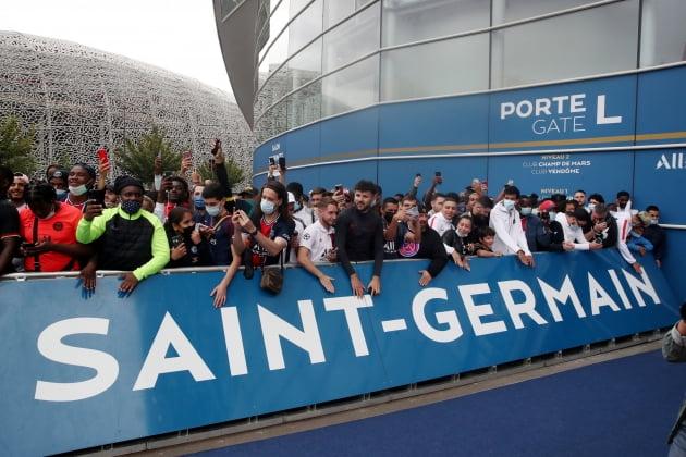 9일(현지시간) 프랑스 프로축구 파리 생제르맹(PSG) 홈구장 앞에 리오넬 메시의 팬들이 모여 있다. 스페인 프로축구 FC바르셀로나와 결별한 후 PSG 합류 가능성이 있는 메시가 이날 프랑스에 입국할 수 있다는 소식에 팬들이 파리 홈구장과 공항 등에 모여 들었다. 로이터연합뉴스