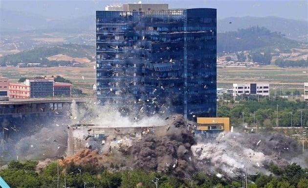조선중앙통신이 보도한 북한의 지난해 6월 16일 개성 남북 공동연락사무소 폭파 모습./ 연합뉴스