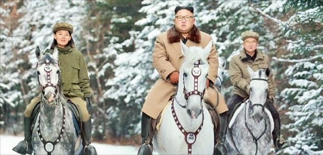 2019년 조선중앙TV가 보도한 김정은 북한 국무위원장이 김여정 노동당 부부장(왼쪽)·조용원 부부장(오른쪽)과 함께 말을 타고 있는 모습./ 연합뉴스