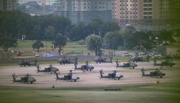한미연합군사훈련의 사전연습 격인 위기관리참모훈련(CMST)을 시작한 지난 10일 오후 경기 평택시 캠프 험프리스에 미군 헬기들이 계류돼 있다./ 뉴스1
