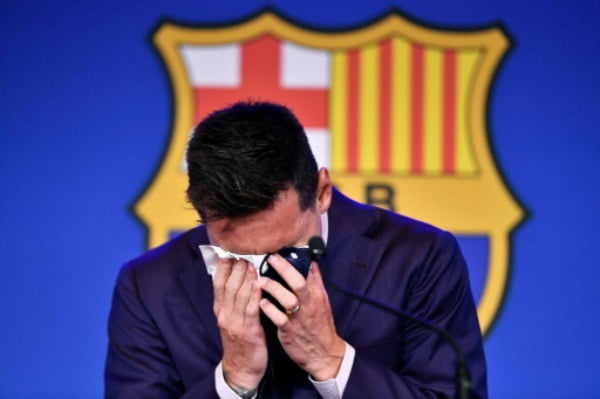 스페인 프로축구 FC바르셀로나와 21년의 동행을 마치고 팀을 떠나게 된 리오넬 메시가 8일(현지시간) 스페인 바르셀로나의 캄노우에서 열린 고별 기자회견 도중 눈물을 쏟고 있다. AFP연합뉴스