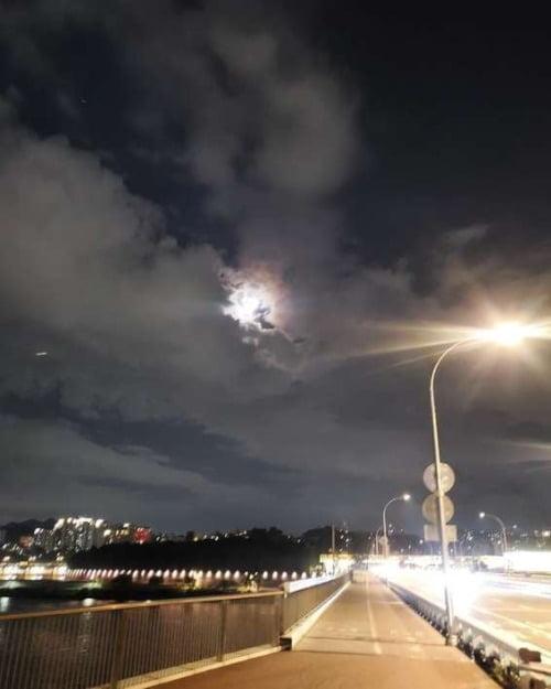 """이시언은 최근 자신의 SNS """"살기 좋은 우리 동네 상도동""""이라는 글과 함께 한강대교 야경을 담은 사진을 게재했다. / 자료=이시언 SNS"""