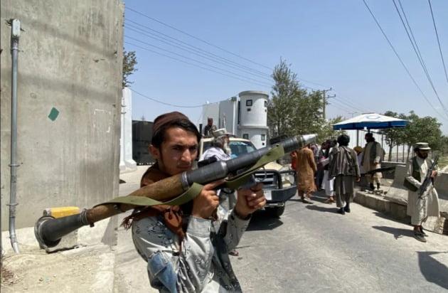 무기를 들고 있는 탈레반 대원/사진=AFP