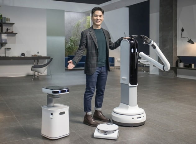 승현준 삼성전자 사장이 CES 2021 삼성 프레스컨퍼런스에서 '삼성봇 케어', '제트봇 AI', '삼성봇 핸디'를 소개하고 있다. 삼성전자 제공.