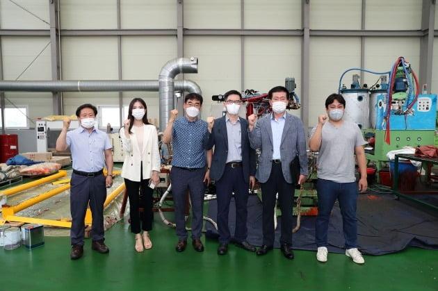 한국석유공사 조성상 총무처장(오른쪽 두번째)과 한국생산성본부 스마트제조혁신센터 신예동 팀장(오른쪽 세번째)이 지역 중소기업의 스마트공장 지원활동에 나서고 있다. 석유공사 제공