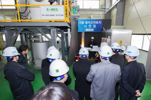경기도 윈테크에너지 시범사업장에서 대기업,정부 관계자들이 스팀플라즈마공법 수소 생산 시연회를 참관하고 있다.